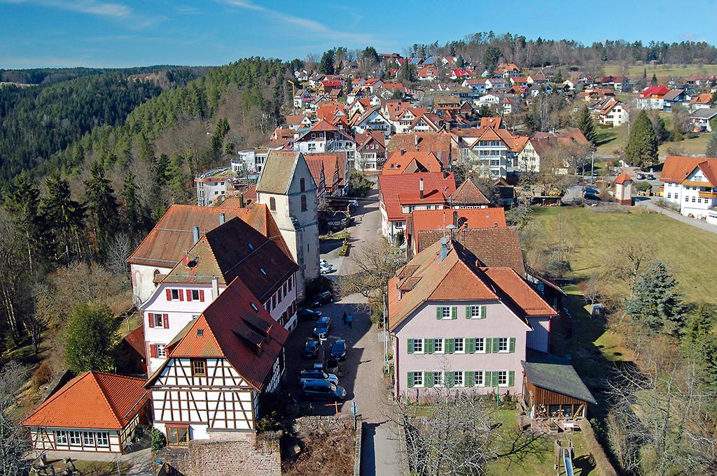 Blick von der Ruine Zavelstein auf den alten und neuen Ortsteil.