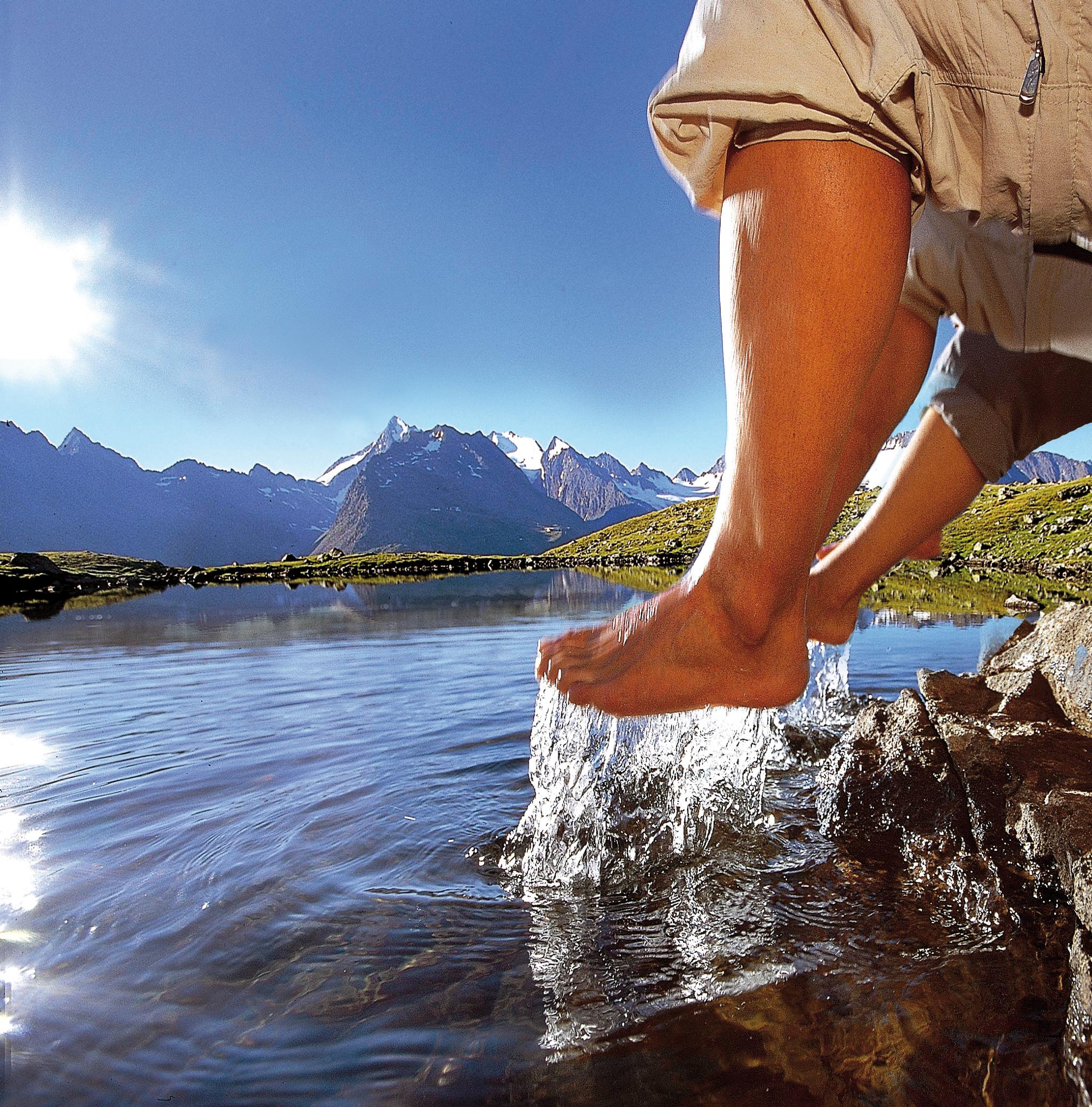 Erfrischend ist ein Fußbad in einem der25.000 Seen, Teiche und Lacken, die allein in Österreich registriert sind. Je höher umso kühler. © Hotel Falknerhof, ÖT, Ritschel