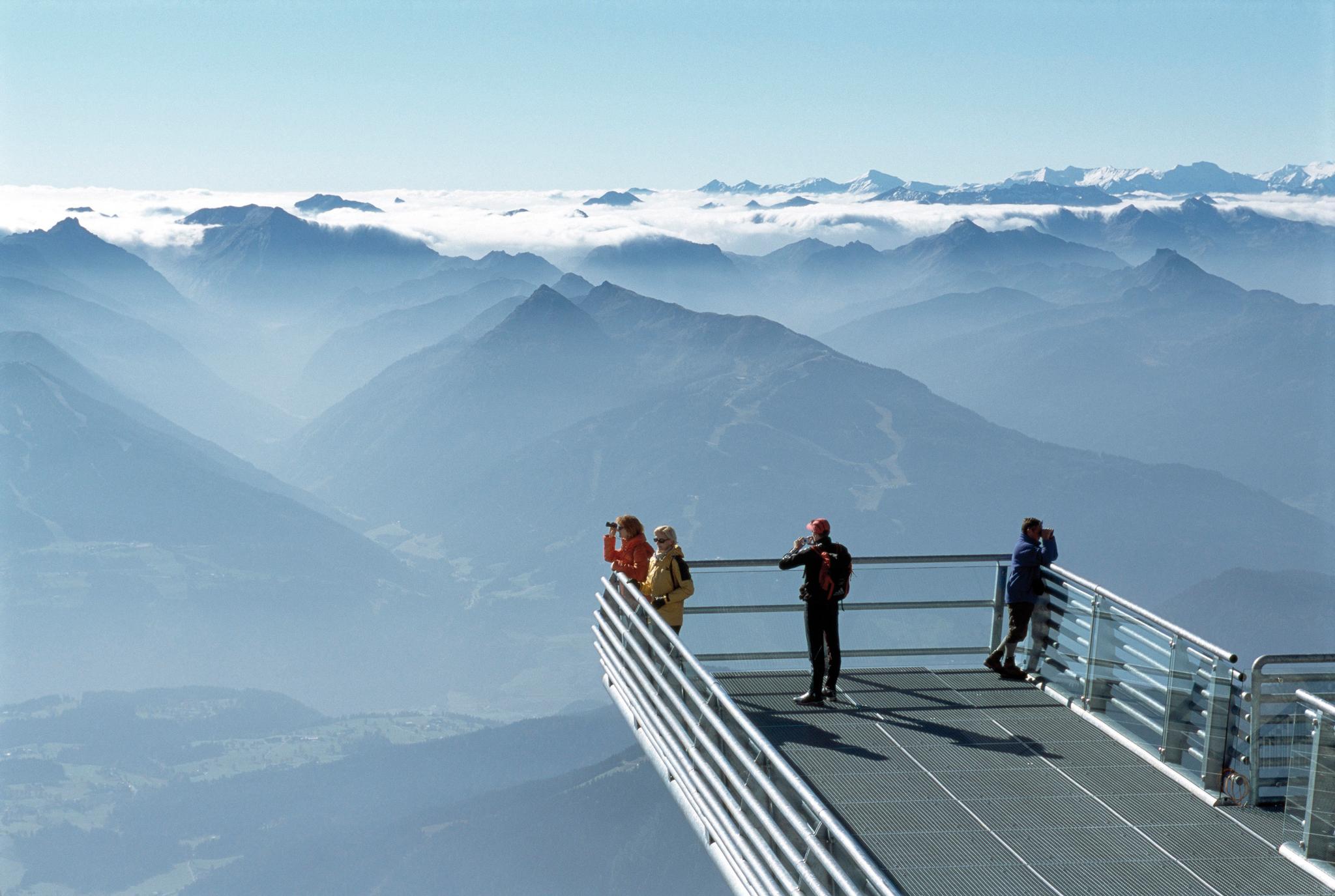 Die spektakulärste Aussichtsplattform derAlpen: der Skywalk am Dachstein 2.700 müber dem Meeresspiegel und atemberaubende Aussichten auf die Hohen Tauern und bei gutem Wetter bis zu den Julischen Alpen in Slowenien nach Süden und nach Tschechien gegen Norden. © Hotel Matschner