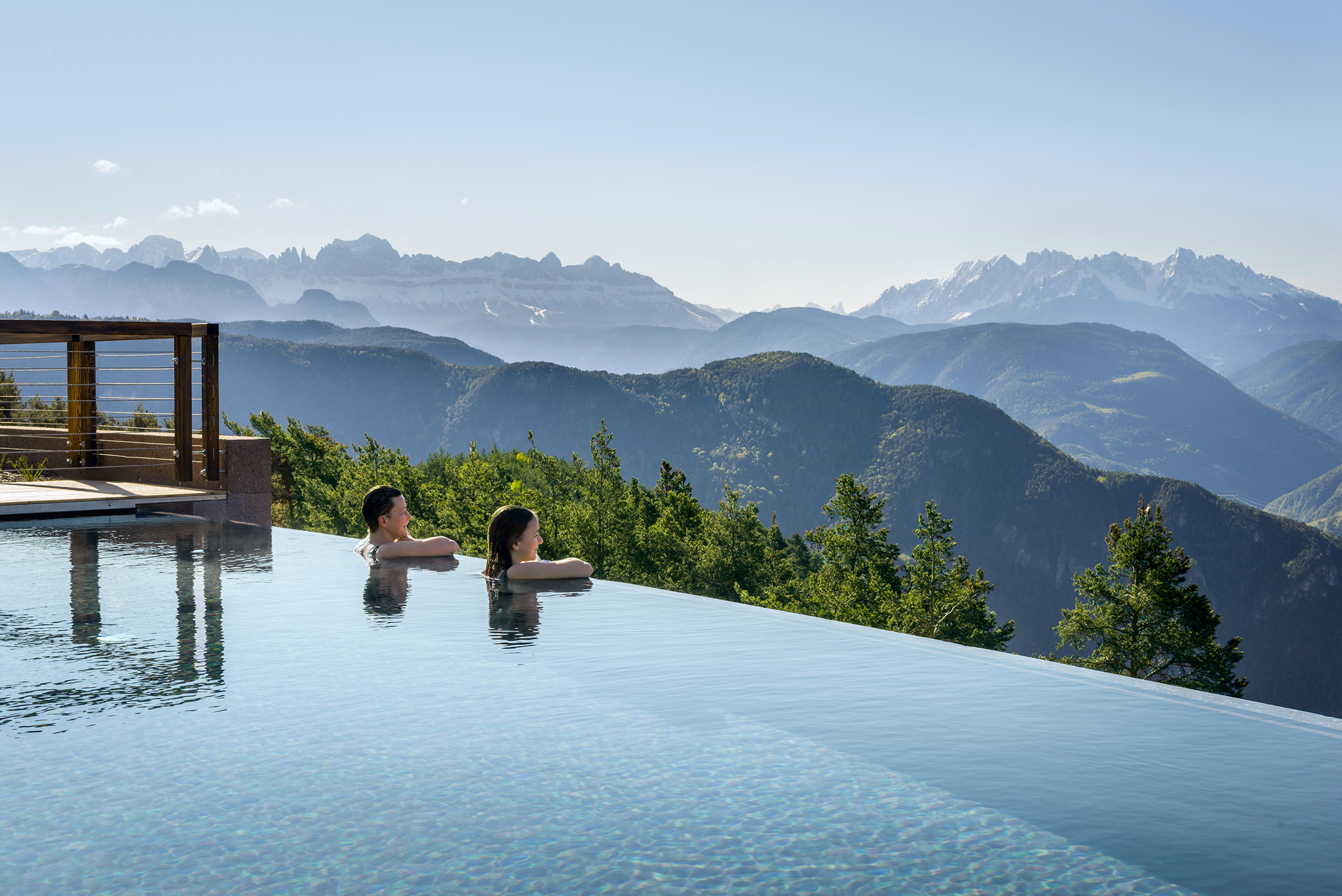 Aus dem kühlen Pool des WanderhotelsBelvedere hoch über Bozen schweifendie Blicke in die Skyline der SüdtirolerDolomiten zu Rosengarten und Latemar.© Hotel Belvedere, Jenesien