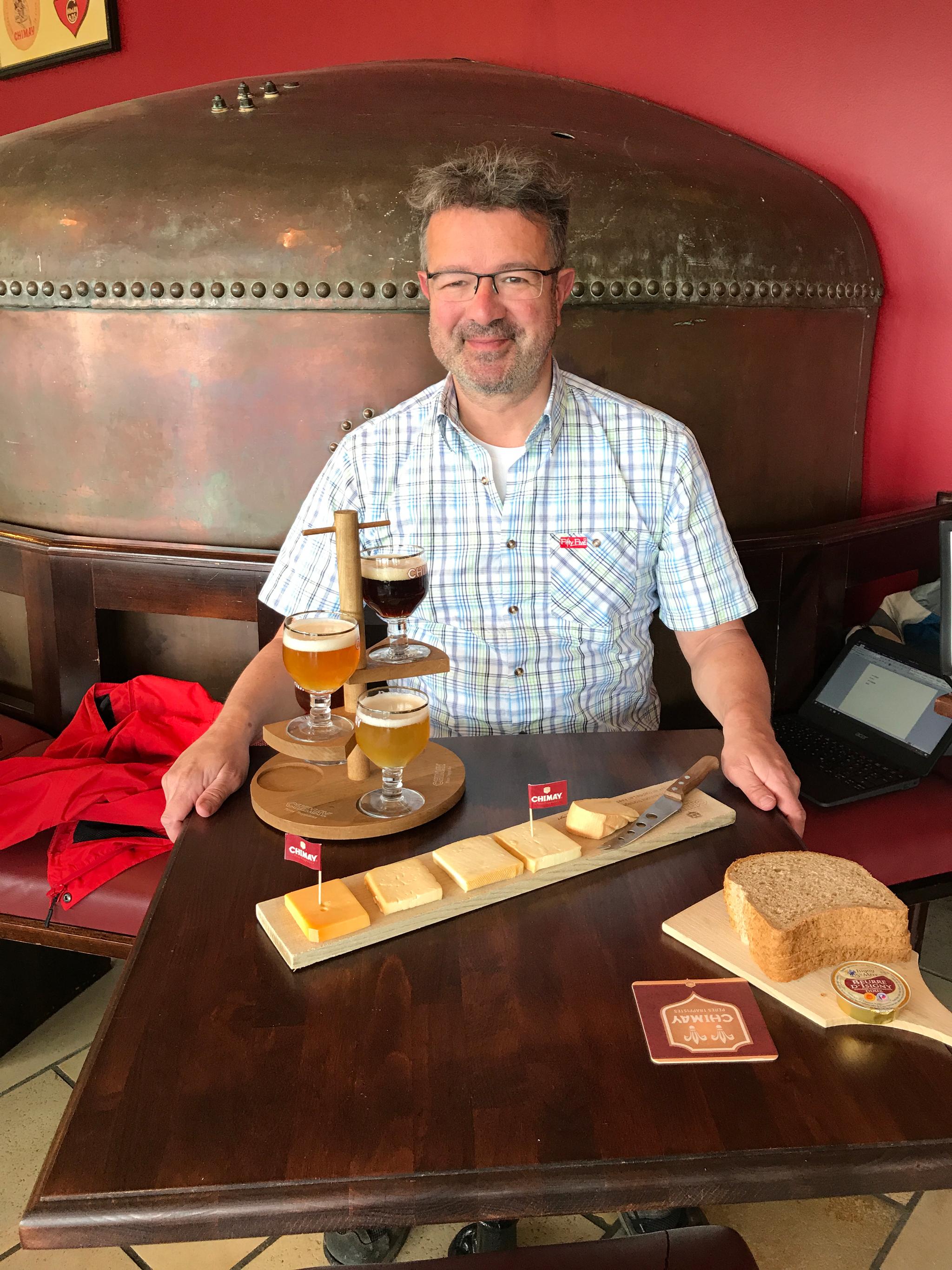 Manuel genießt das Trappistenbier von Chimay mit passendem Käse und Brot. © M. Andrack