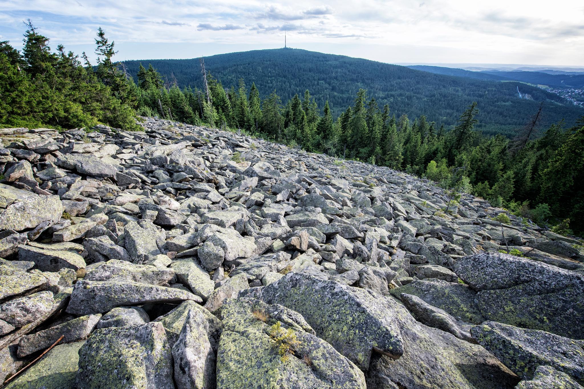 Blick vom Blockmeer des Habersteins, im Hintergrund der Ochsenkopf, zweithöchster Berg des Fichtelgebirges © TZ Fichtelgebirge/F. Trykowski