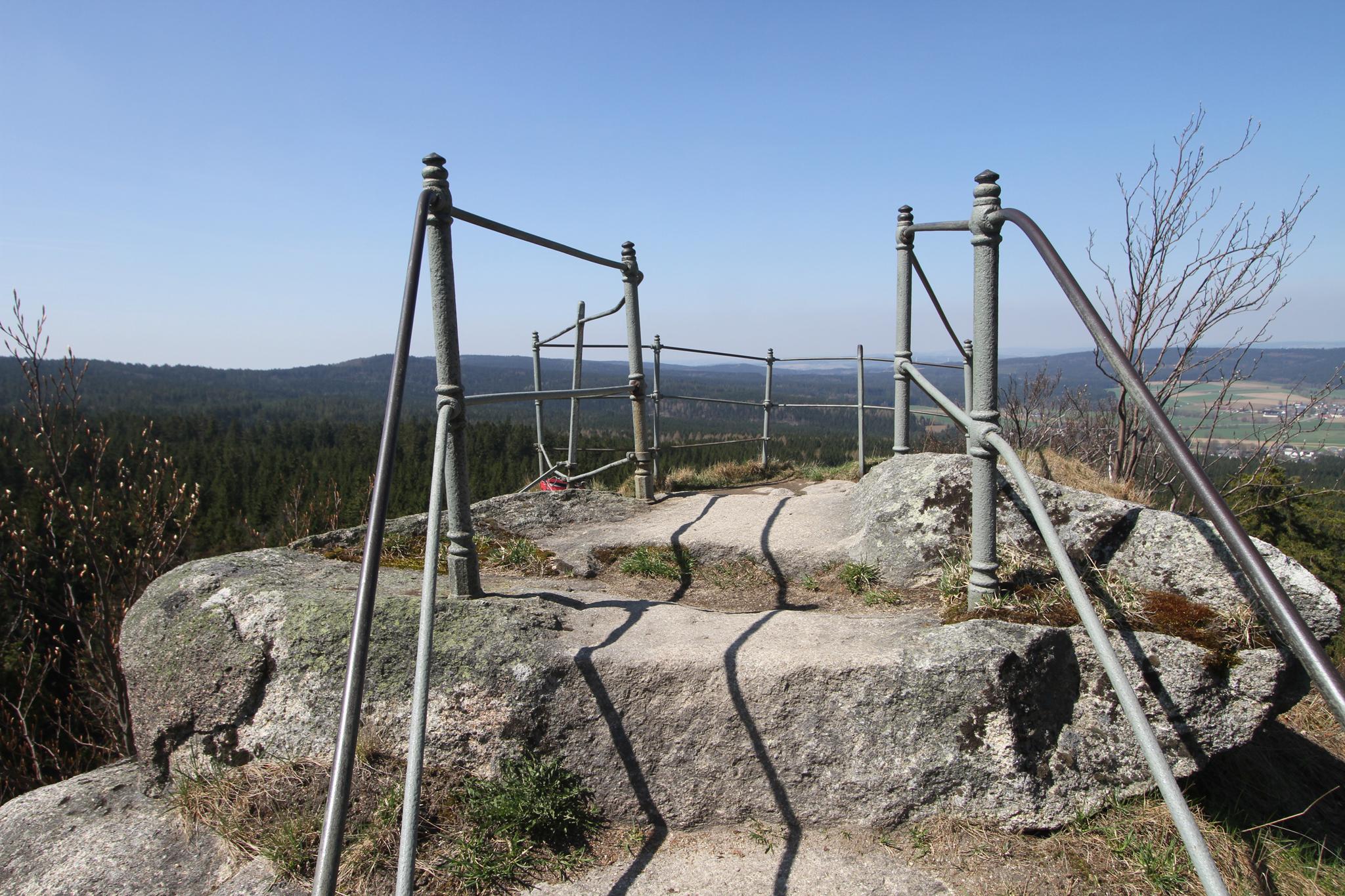 Die schmale Aussichtsplattform auf dem Rudolfstein lässt weit blicken© Jarle Sänger
