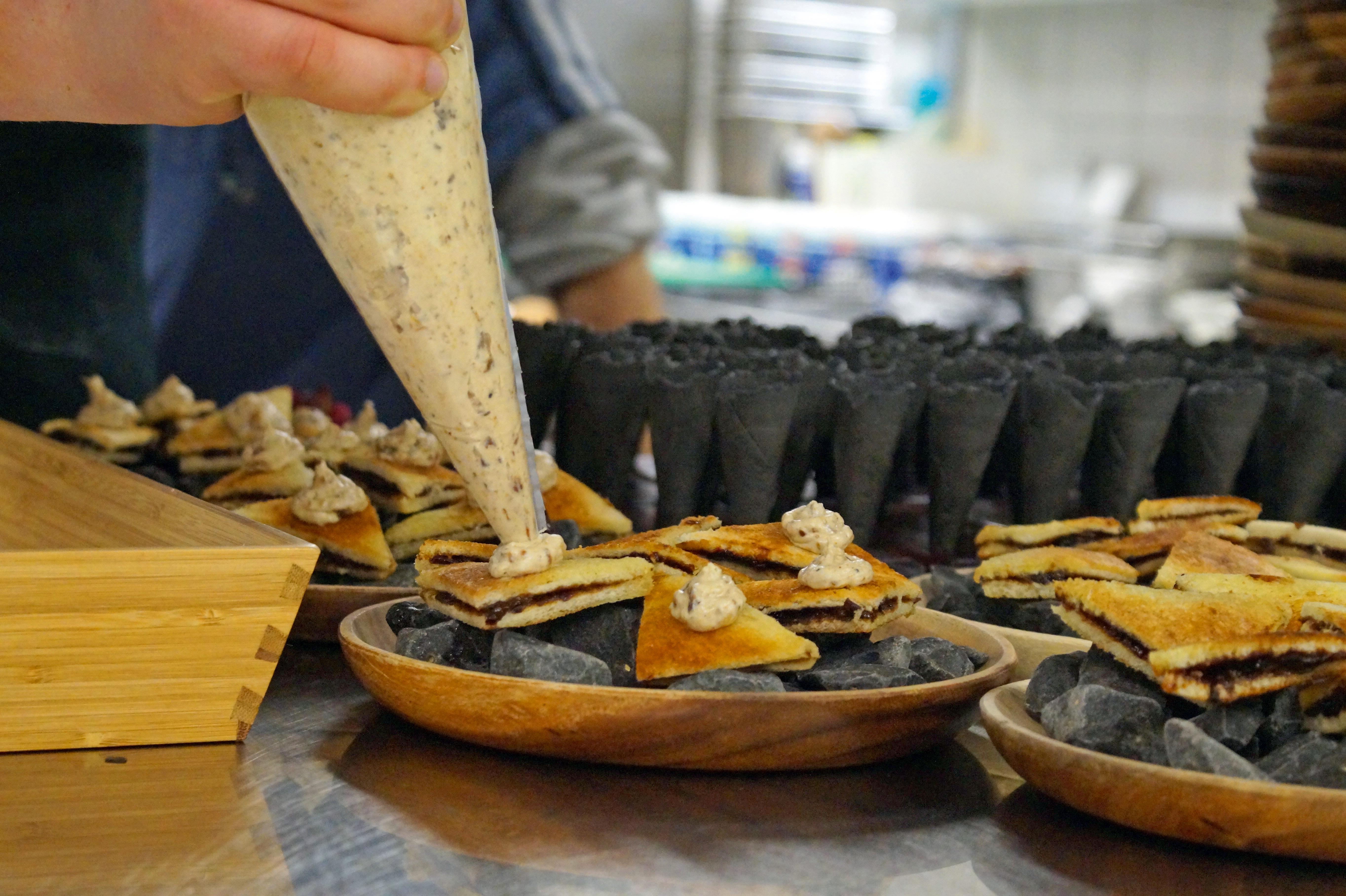 Knusprige Hutzelschnitten serviert auf Rhöner Basaltgestein © Björn Leist