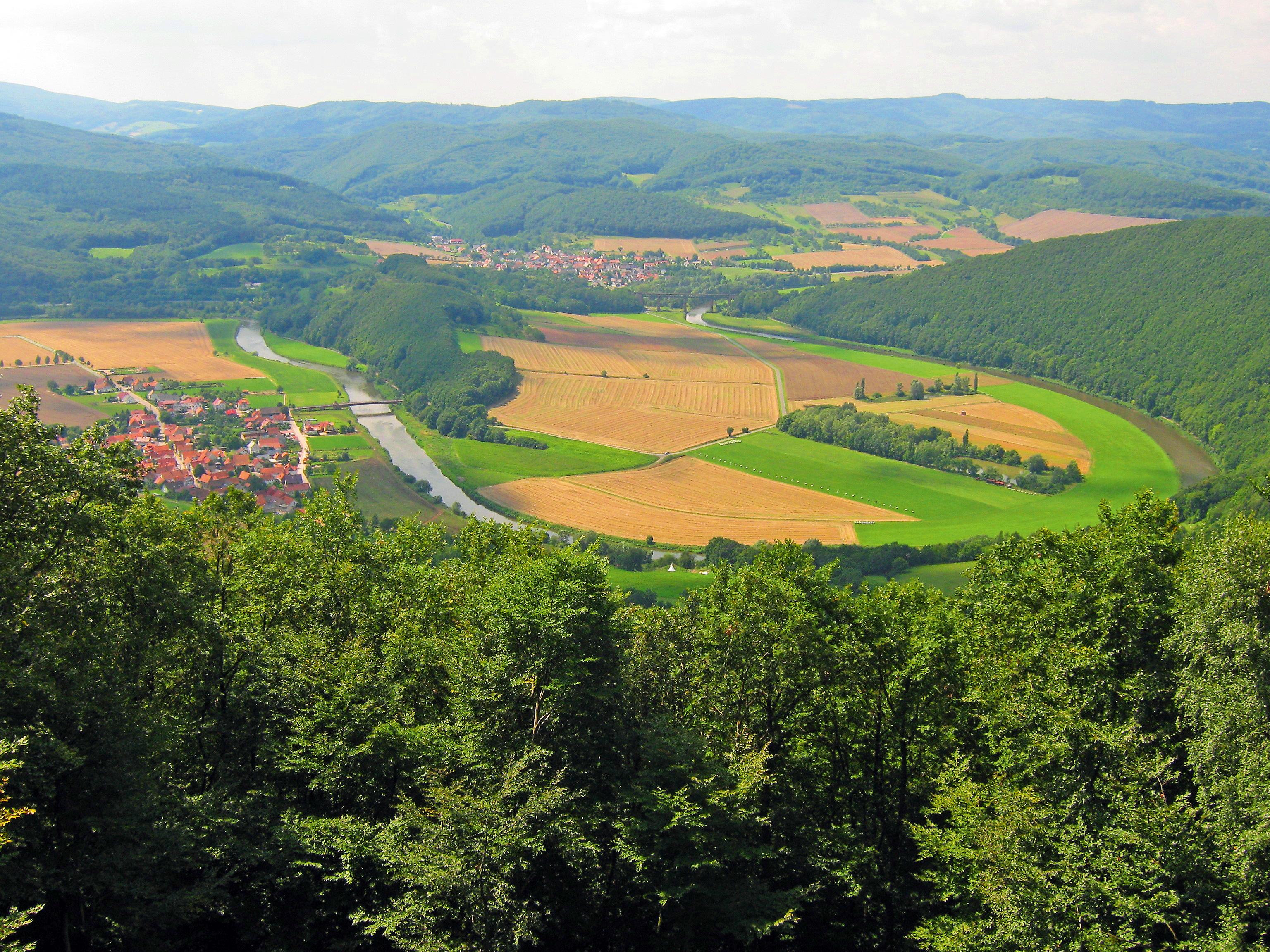 Blick auf die Werraschleife von der Teufelskanzel aus. Links das Stockmacherdorf Lindwerra (Thüringen) und mittig im Hintergrund Oberrieden (Hessen)  @ HVE Eichsfeld