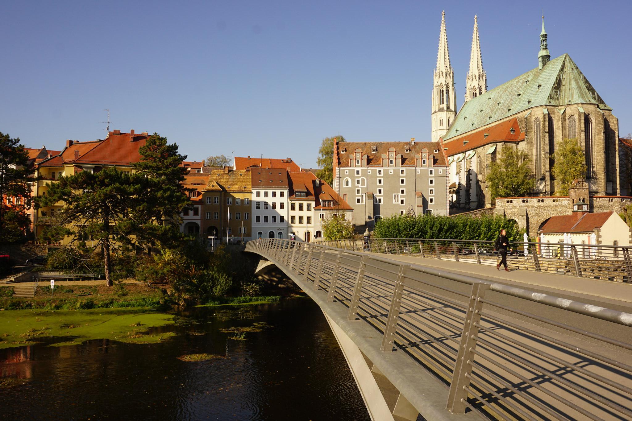 Die Fußgängerbrücke zwischen Zgorzelec und Görlitz mit der Pfarrkirche St. Peter und Paul © Thorsten Hoyer
