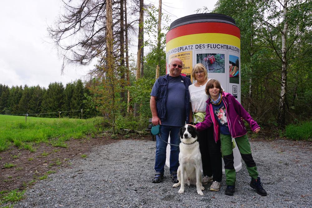 Günter Wetzel, seine Lebensgefährtin, Thorsten Hoyers Tochter Svea und Hund am Landeplatz des Ballons © Thorsten Hoyer