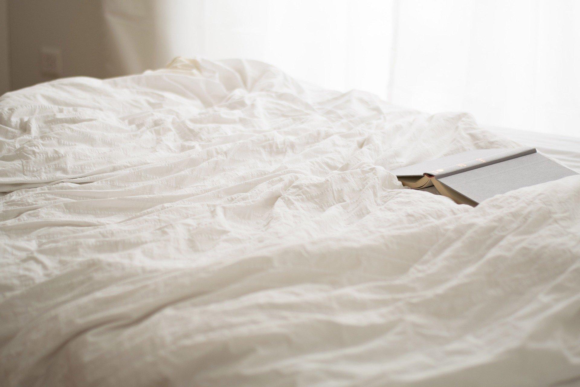 Auf Reisen, Hüttentouren und auch beim sommerlichen Campen die eigene Bettwäsche dabei haben © pixabay