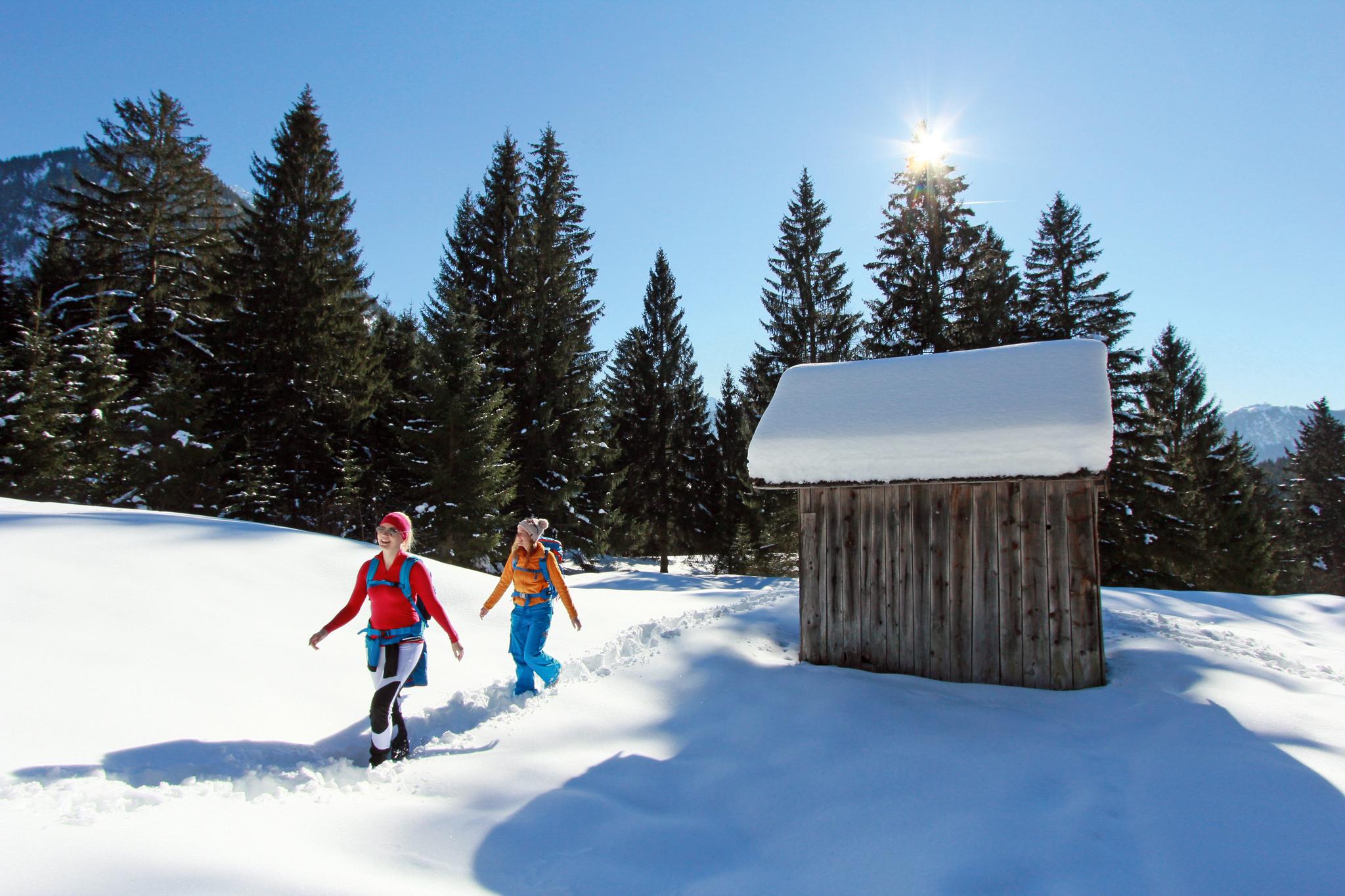Tief verschneite Winterlandschaft © Naturparkregion Reutte, Gerhard Eisenschink