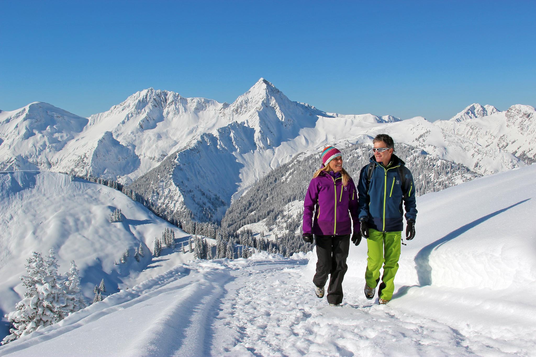 """Winterwandern im Tannheimer Tal bei herrlicher Aussicht auf die Tiroler Bergwelt. Mit """"Winterbergbahnen inklusive"""" vom 8.-25. Januar und 12.-15. März 2018 sind die Lifttickets inklusive. © Michael Keller"""