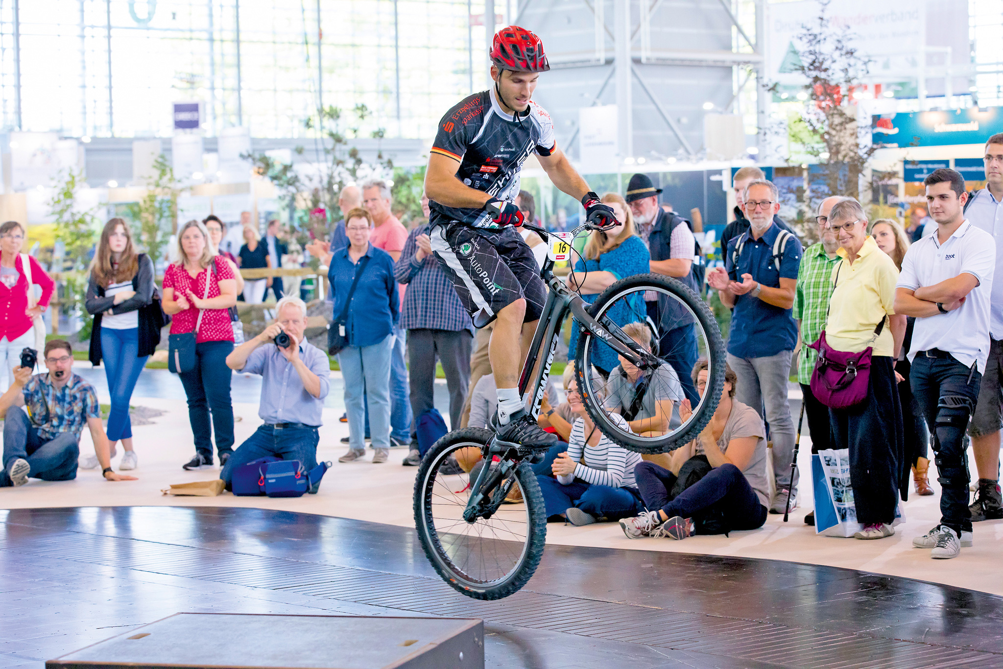 Freestyle Show mit Hannes Hermann, der  zur absoluten Weltelite im Trialsport gehört. © Messe Düsseldorf