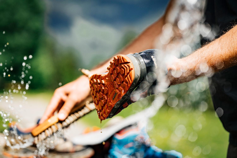 Auch GORE-TEX-Schuhe brauchen regelmäßig Pflege. Schuhhersteller LOWA gibt nützliche Tipps.© Franz Walter