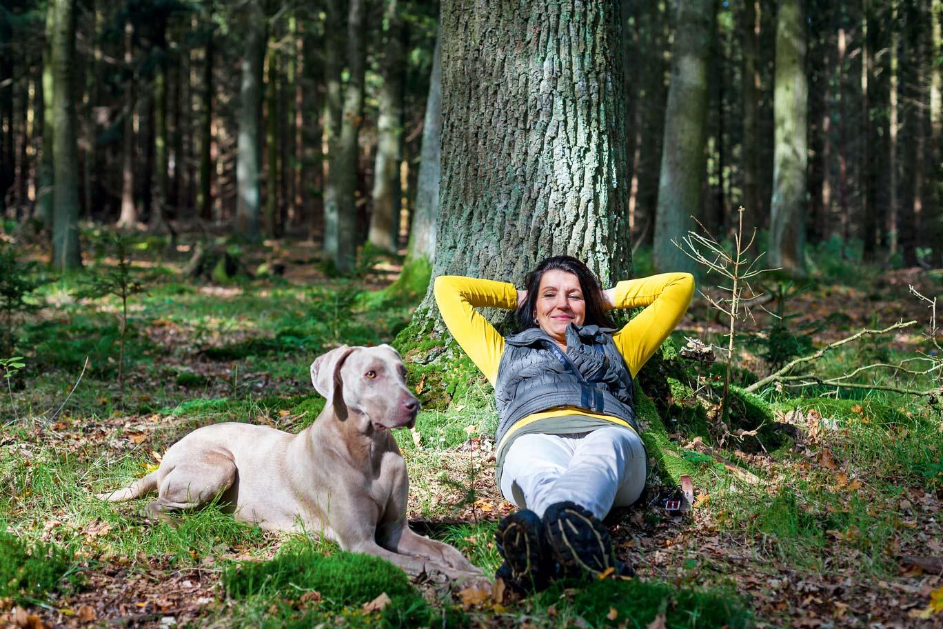 Totale Entspannung: Hund und Mensch bei der Wanderrast © fotolia