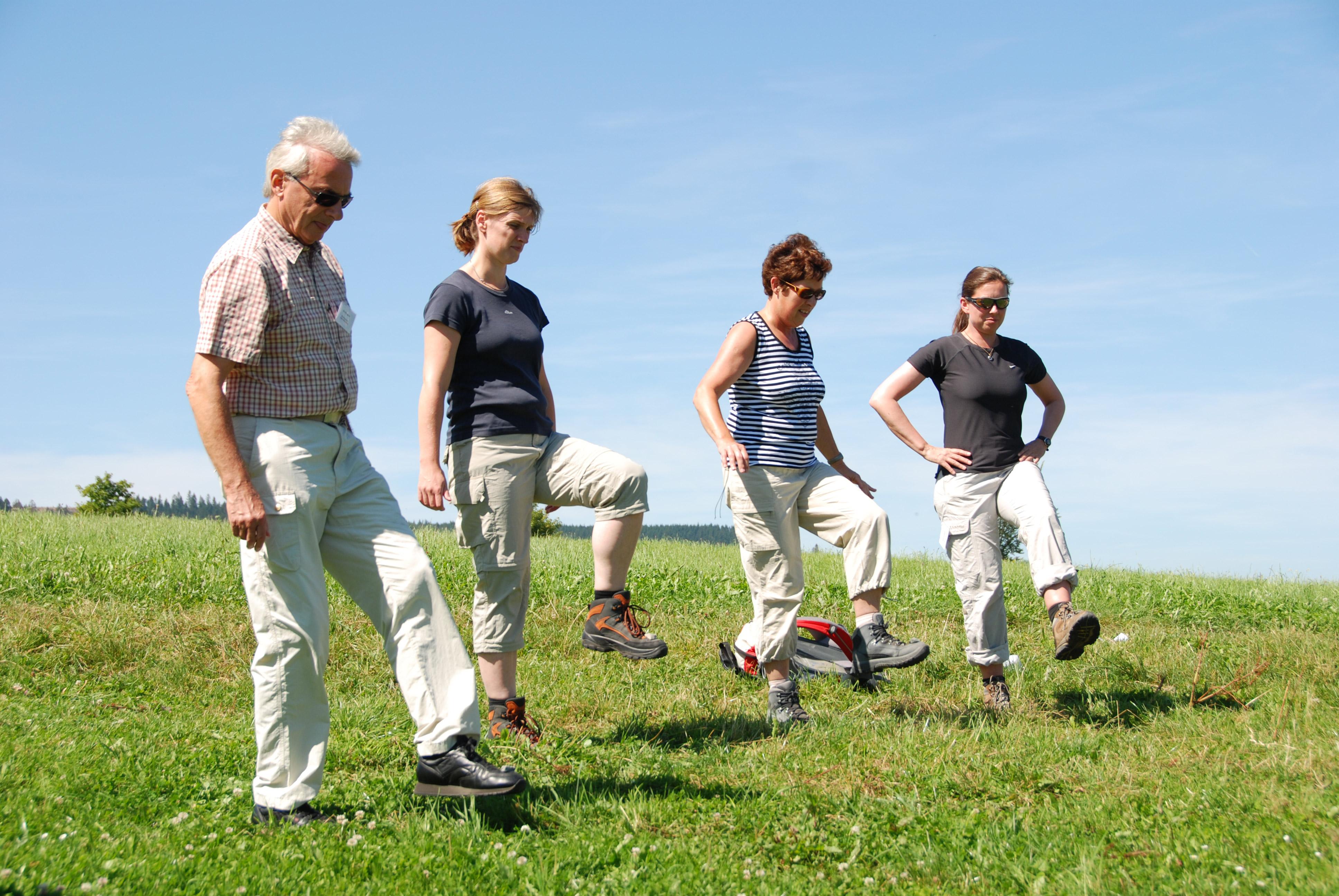 Geziehlte Übungen in den Wanderpausen © E. Neumeyer / Deutscher Wanderverband