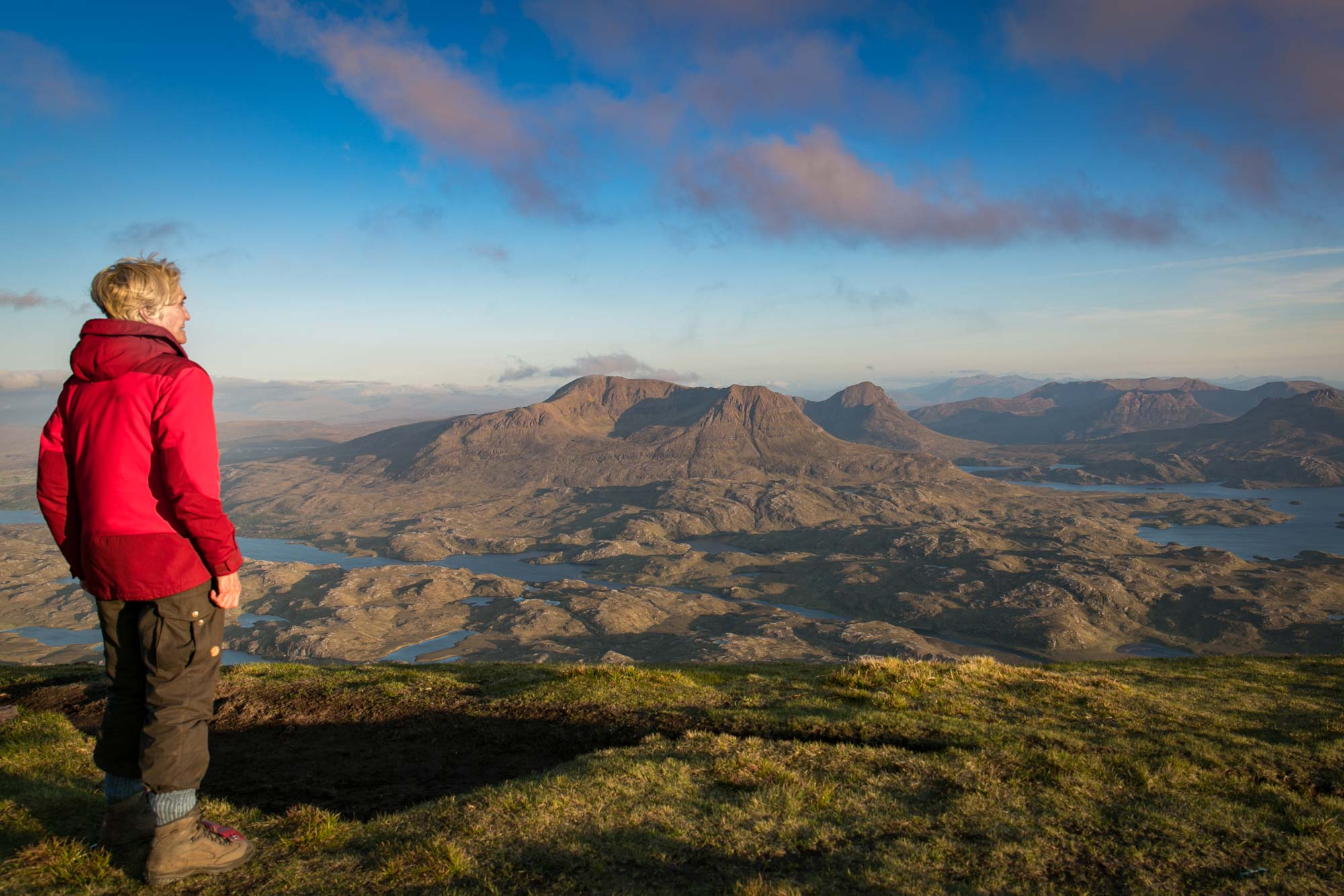 Sheila Hancock blickt über die Weite der schottischen Highlands © Cape Wrath Films Ltd