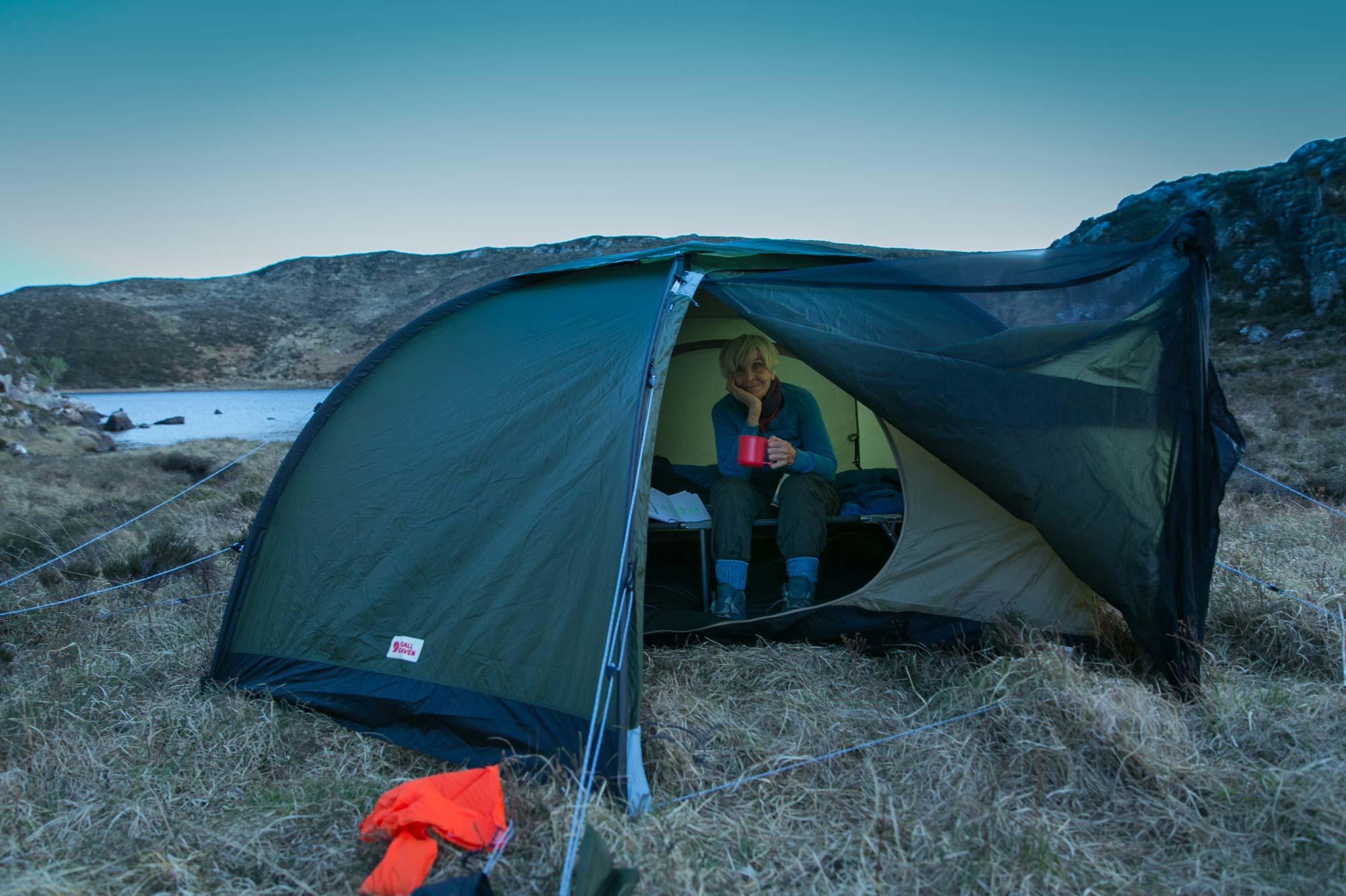 Eine Tasse Tee im Zelt - so viel Luxus muss sein © Cape Wrath Films Ltd