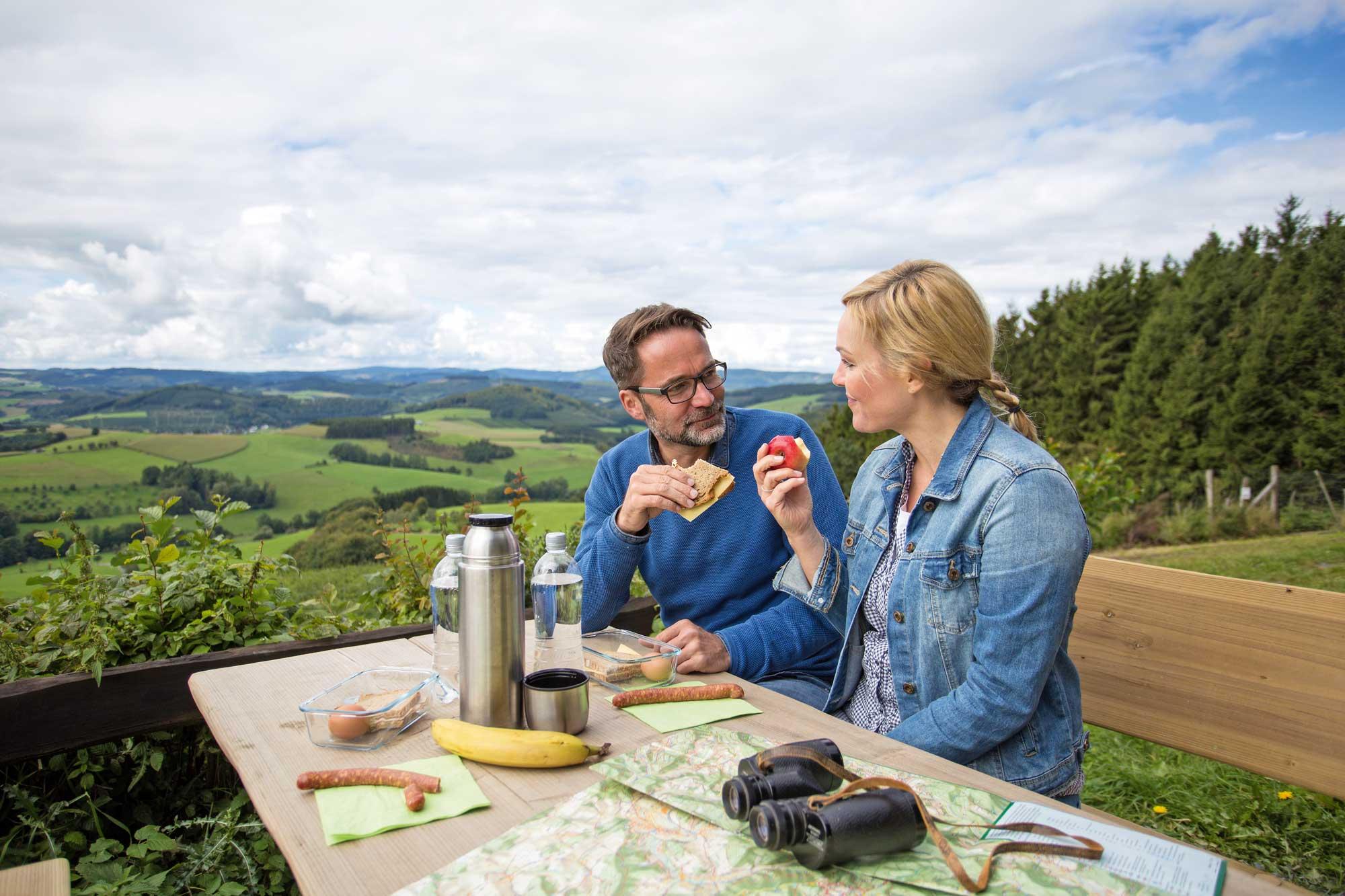 Ein Picknick ist das i-Tüpfelchen jeder Wanderung © Schmallenberg Sauerland Tourismus
