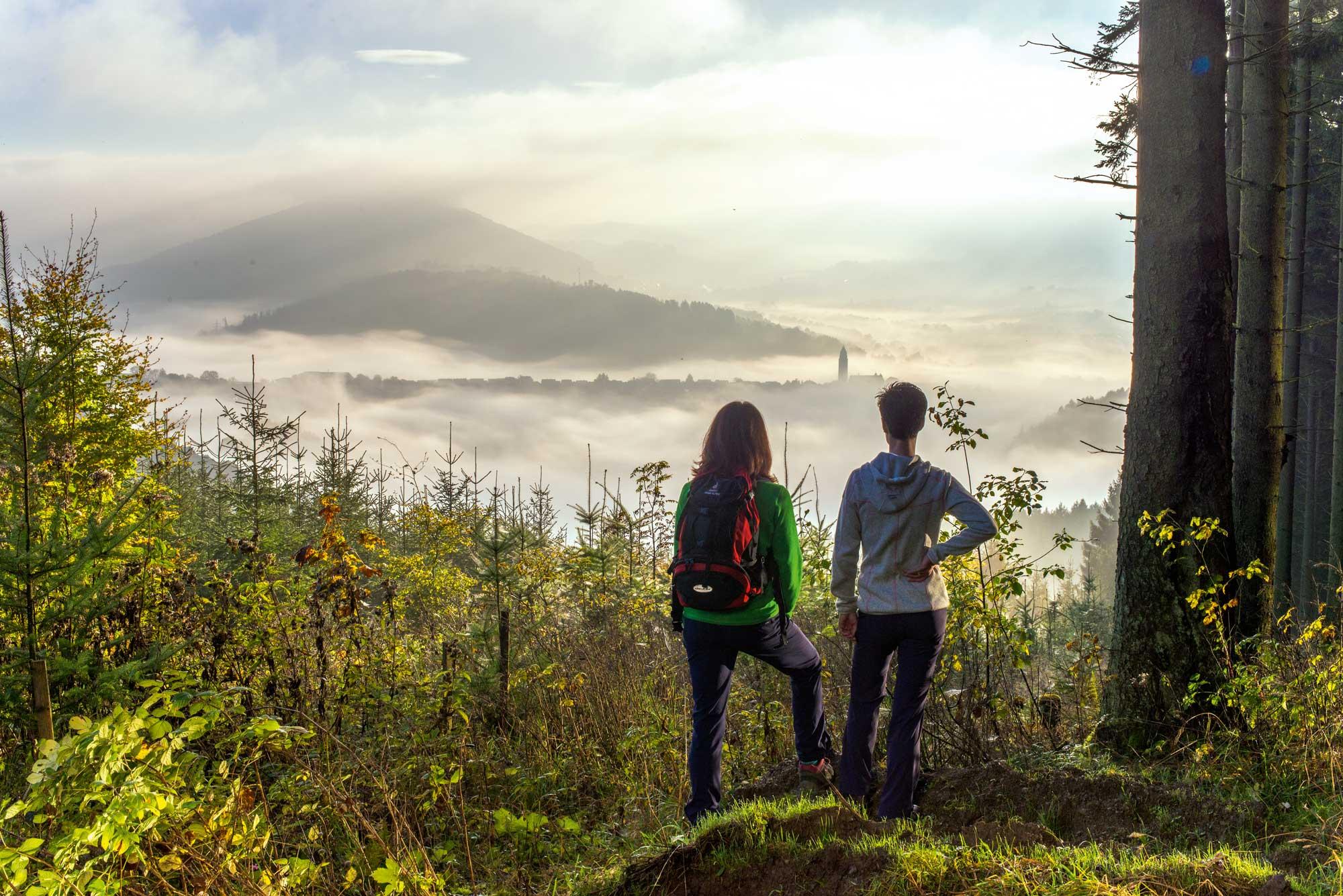 Blick auf den nebelumwobenen Stadtkern von Schmallenberg © Schmallenberg Sauerland Tourismus