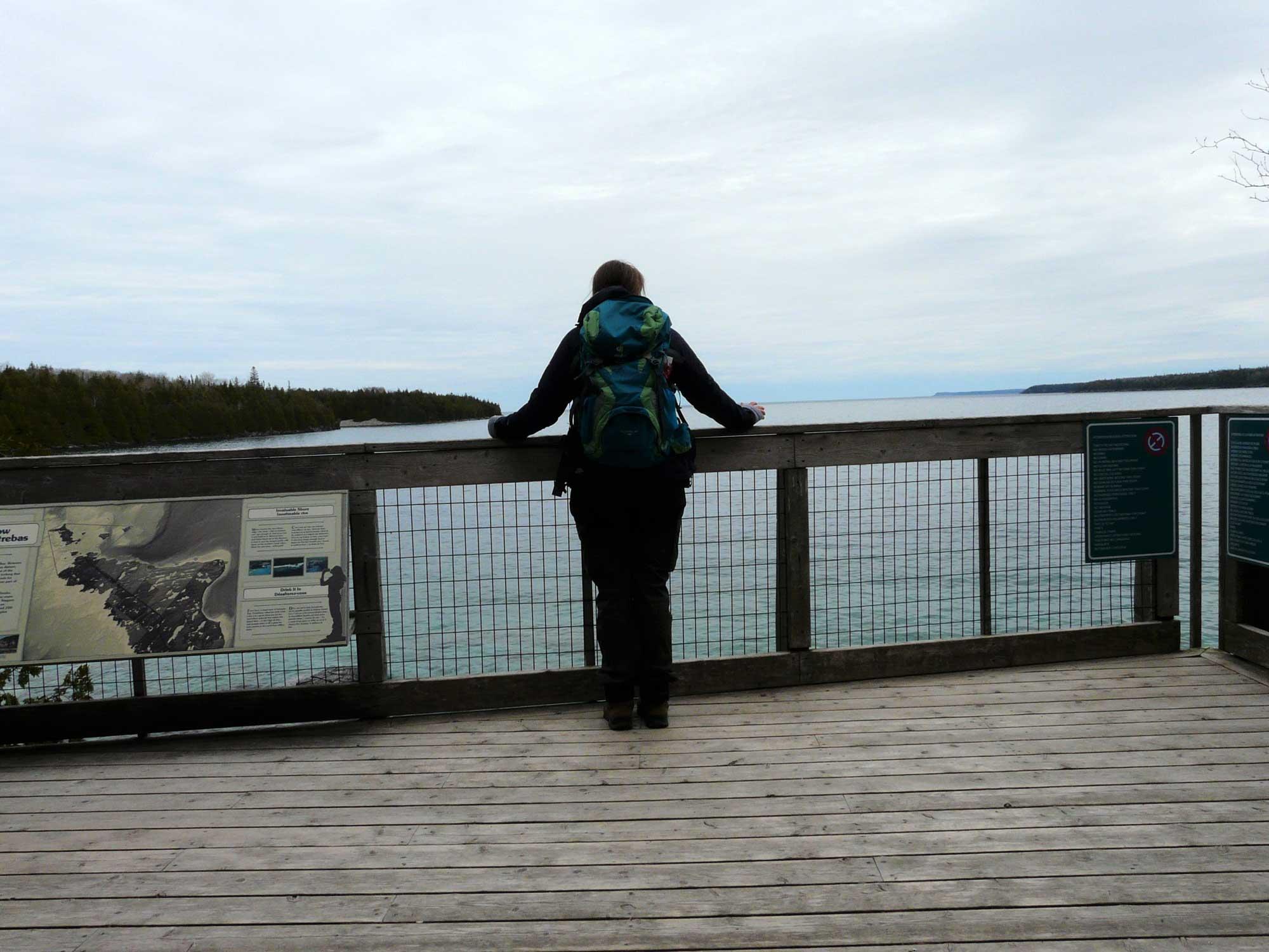 Unterwegs im Nationalpark finde ich diese kleine Aussichtsplattform mit Blick über das Wasser.