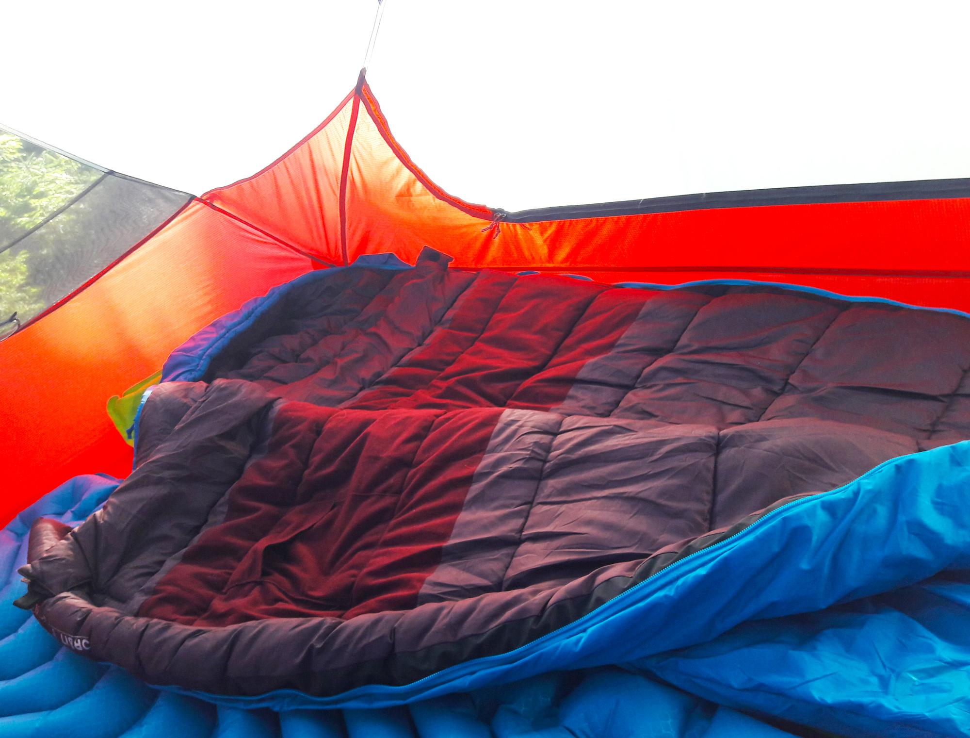 Der Deuter Orbit 0° aufgeklappt im Zelt