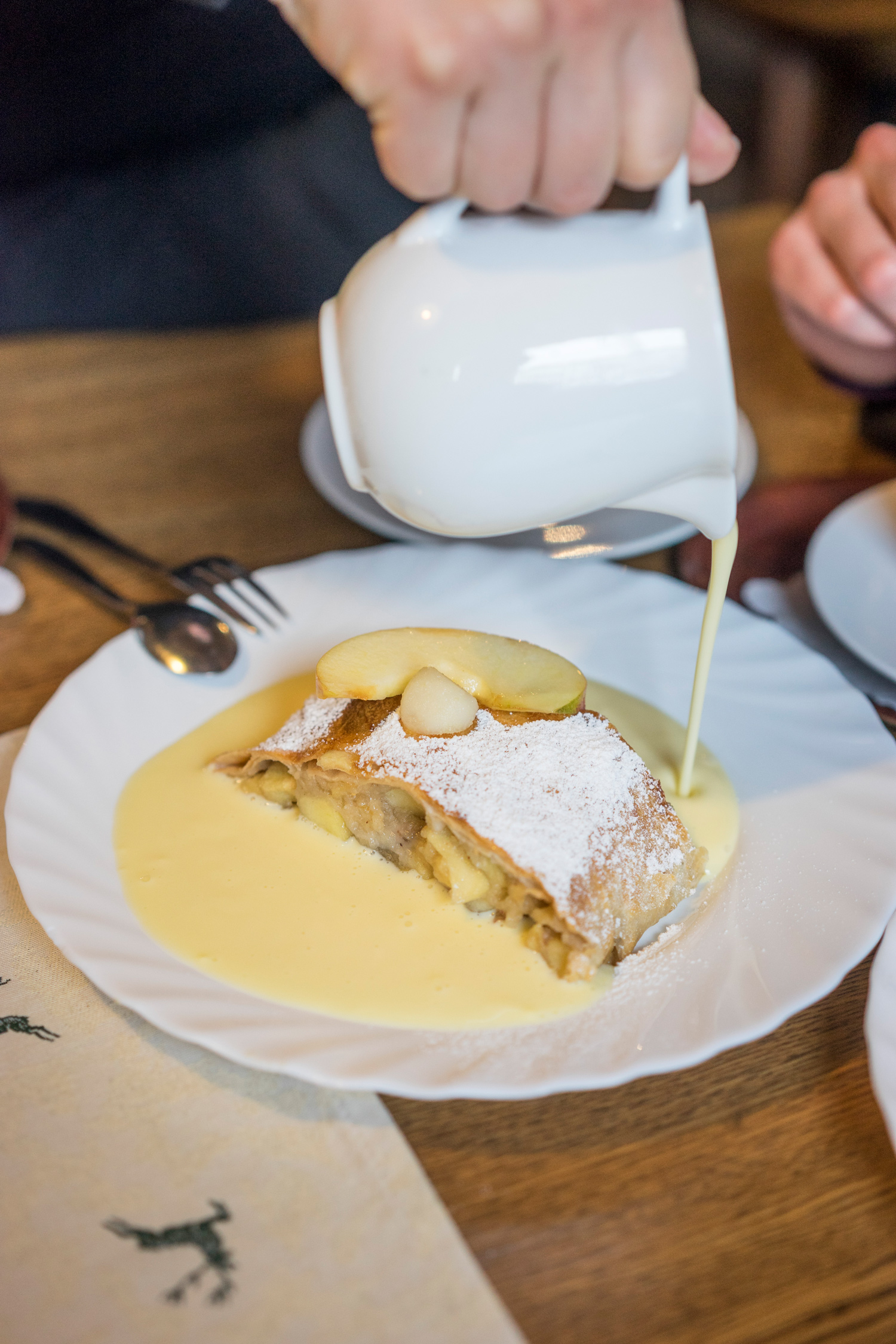 Apfelstrudel mit Vanillesoße © Tirol Werbung, Peter Neusser