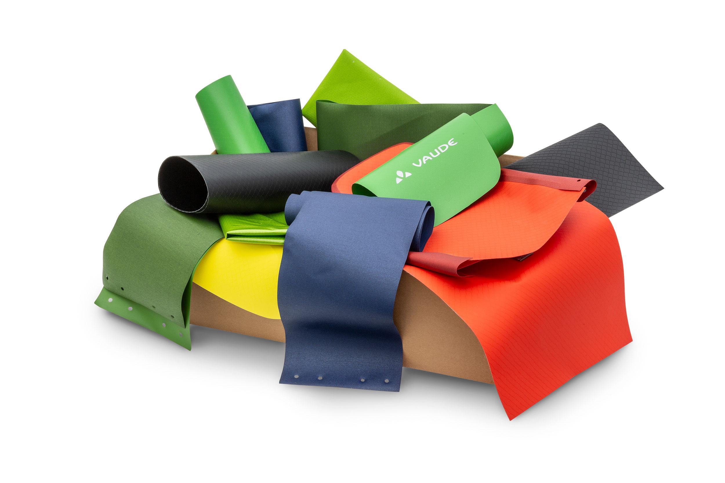 Einfach Upcycling: Vorgepackte Kisten mit bunt gemischten Reststoffen von VAUDE ersteigern.