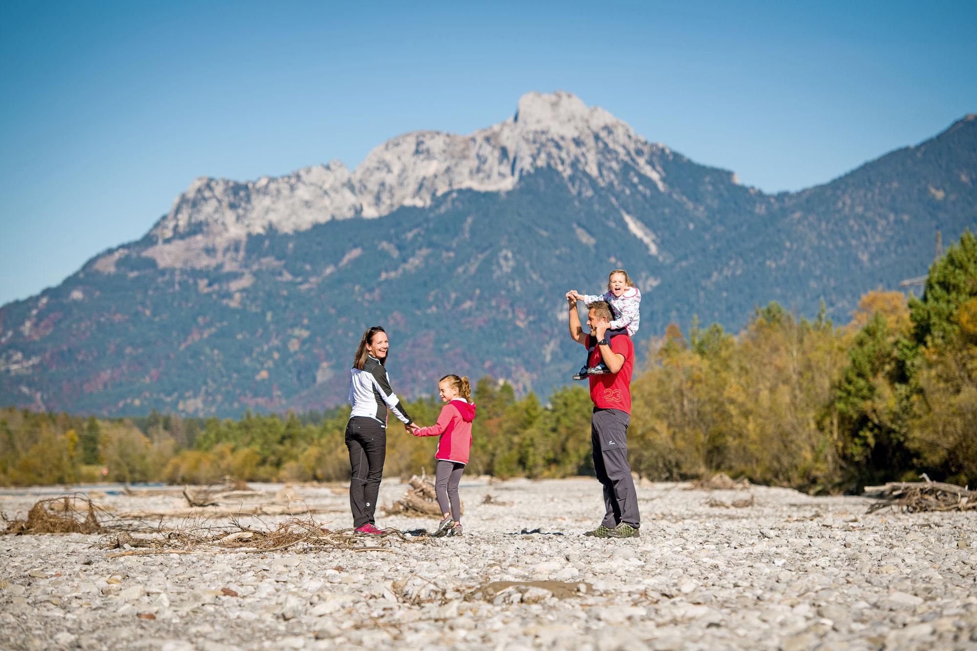 Eine Wanderung am Lech erfreut die ganze Familie © Naturparkregion Reutte/ Fotostudio Rene