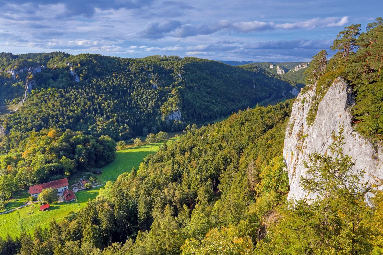 Beeindruckende Aussicht ins Tal der noch jungen Donau © Donaubergland GmbH, Wolfgang Veeser
