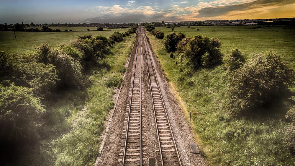 Auf Schienen in den Sonnenuntergang © Pete Linforth, pixabay