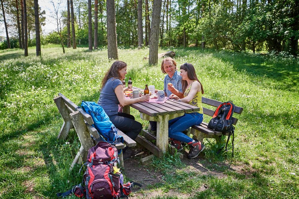 Eine idyllische und wohlverdiente Wanderpause mit regionalen Köstlichkeiten © VGN, Florian Trykowski