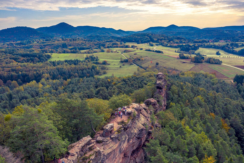 Eindrucksvoll schlängelt sich die Felswand durch den Pfälzerwald © Pfalz.Touristik e.V.