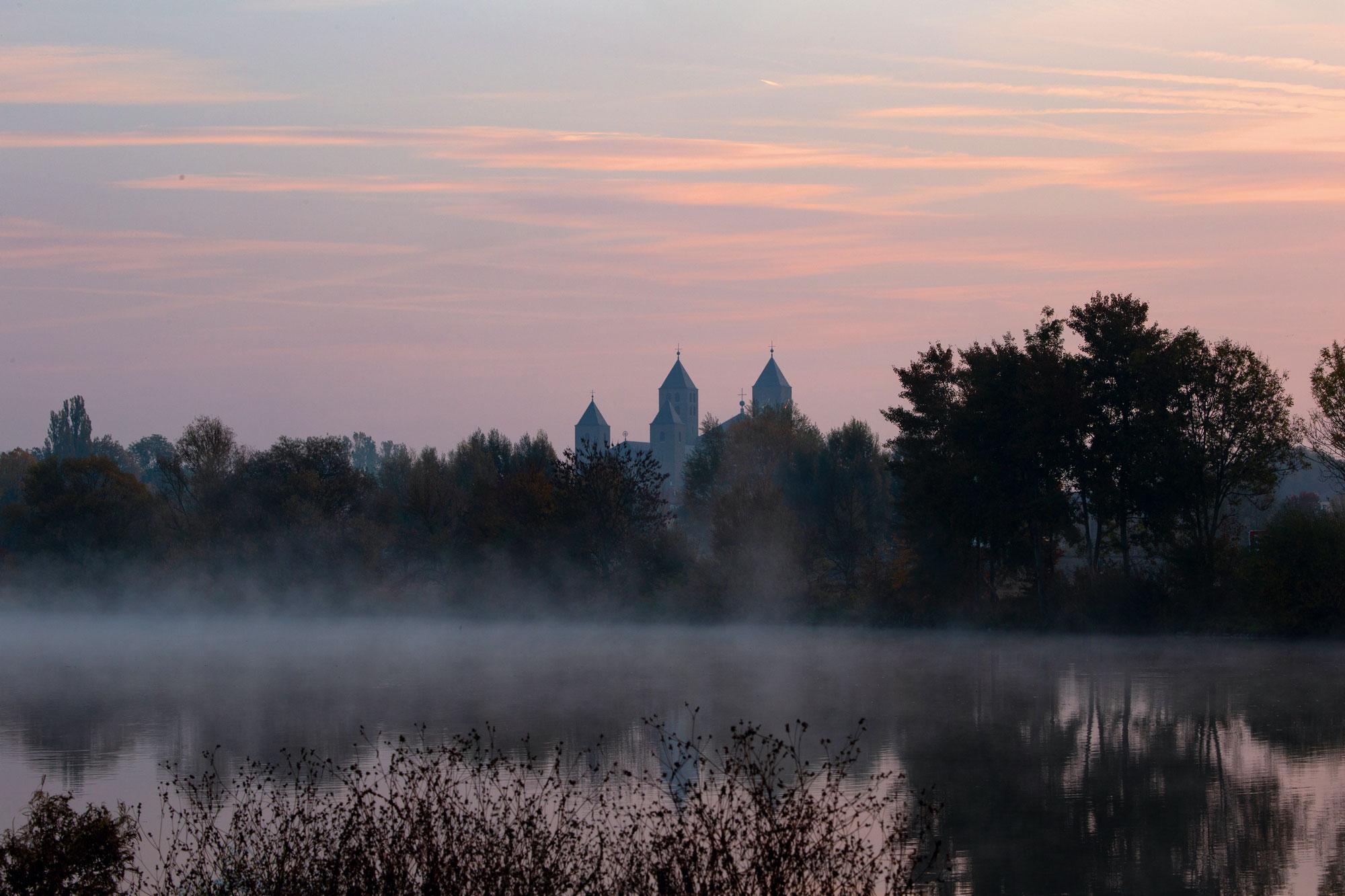 Blick auf das Kloster im frühmorgendlichen Nebel © Abtei Münsterschwarzach