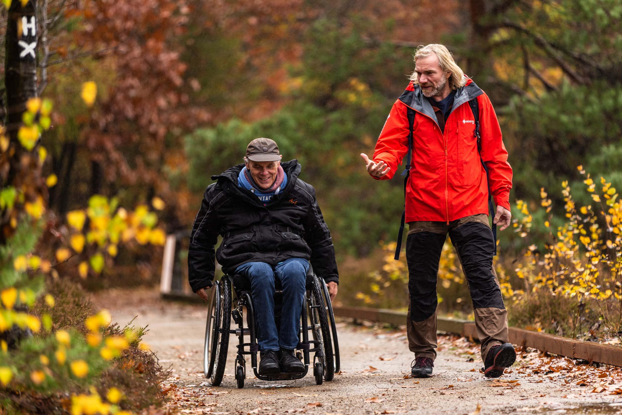 Thorsten Hoyer ist mit Andreas Pröve in der Lüneburger Heide unterwegs © Ole Windgaßen