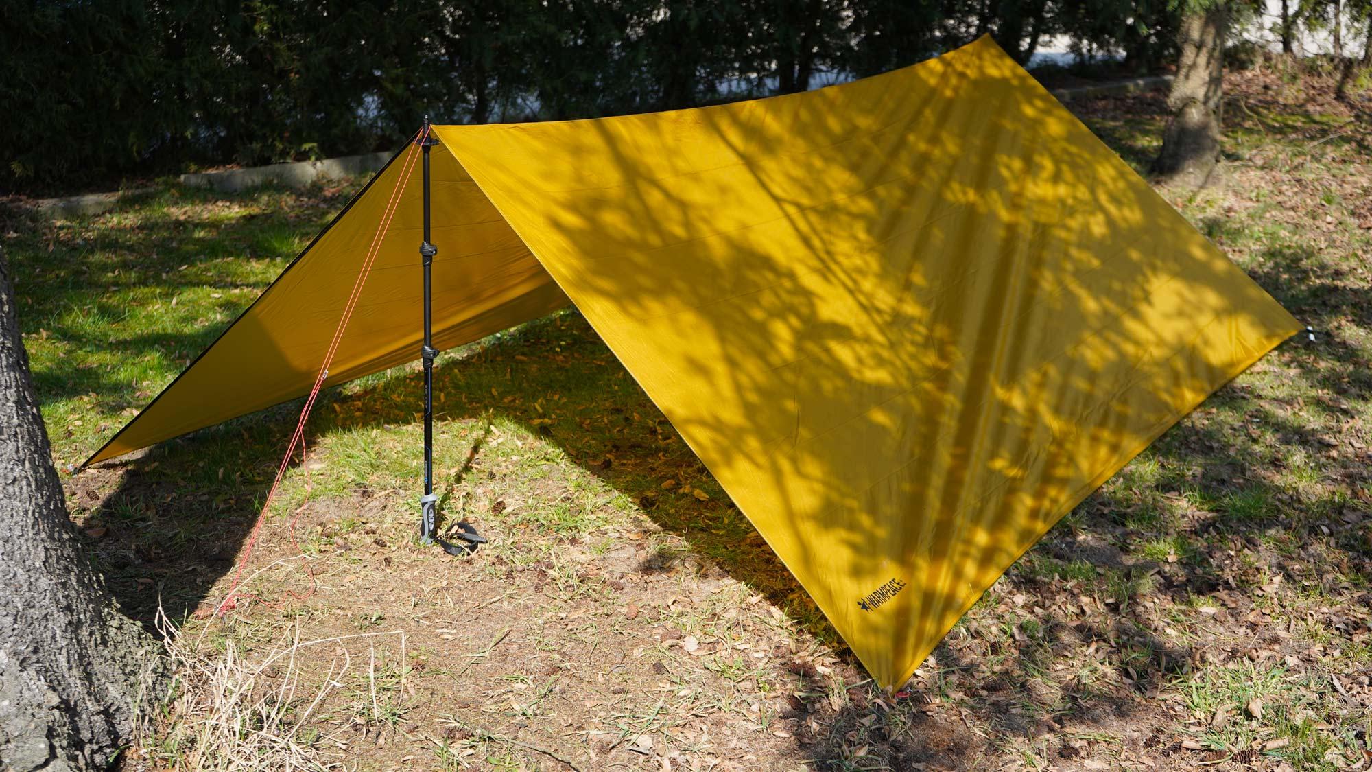Shelter Tarp mit Wanderstock-Aufbau © Warmpeace