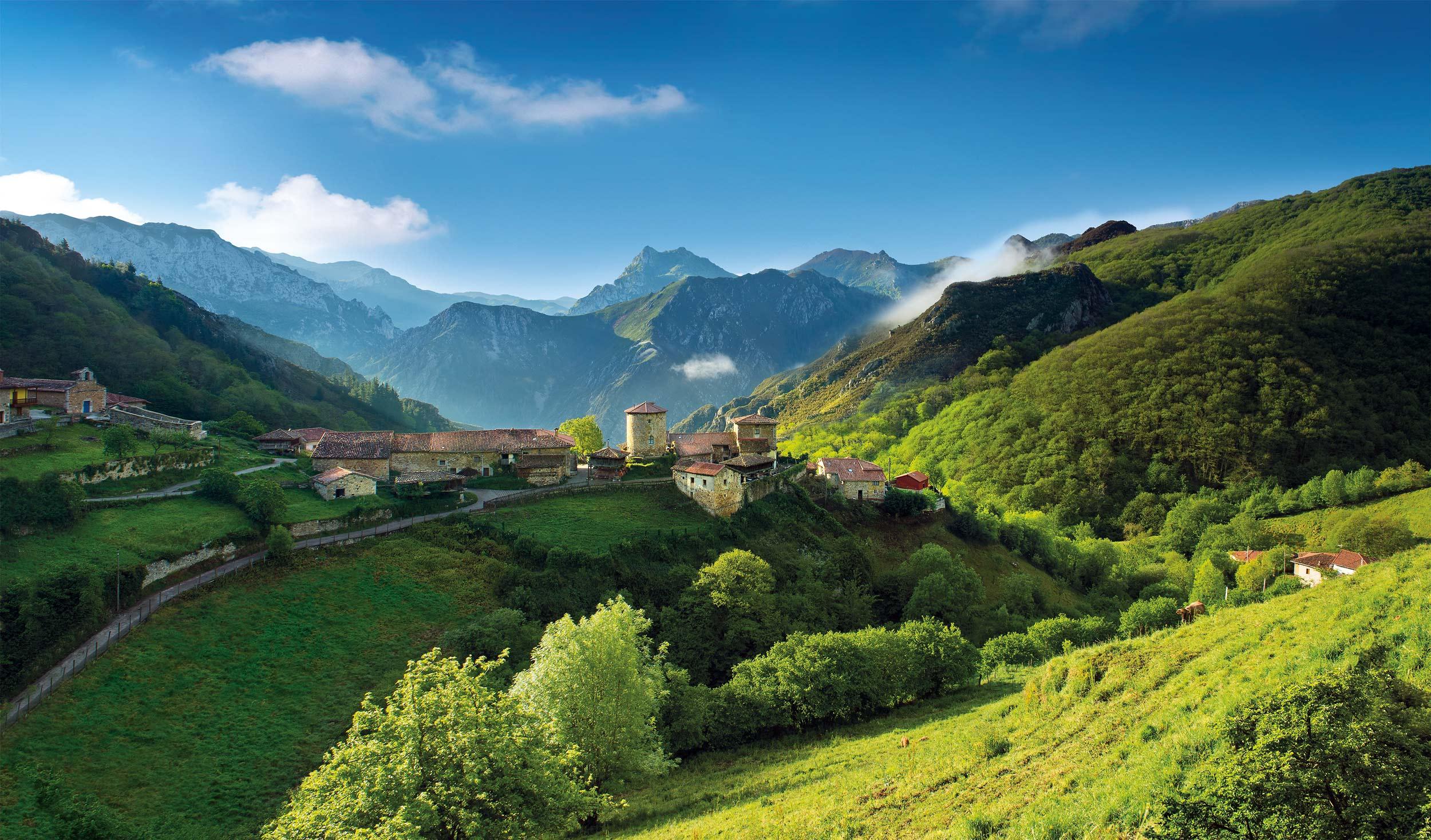 Das von Bergen umringte Mittelalter-DorfBanduxo © Amar Hernández