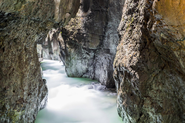 Wenn Wasser seinen Weg durch das Gestein folgt © Bild von Denny Franzkowiak auf Pixabay