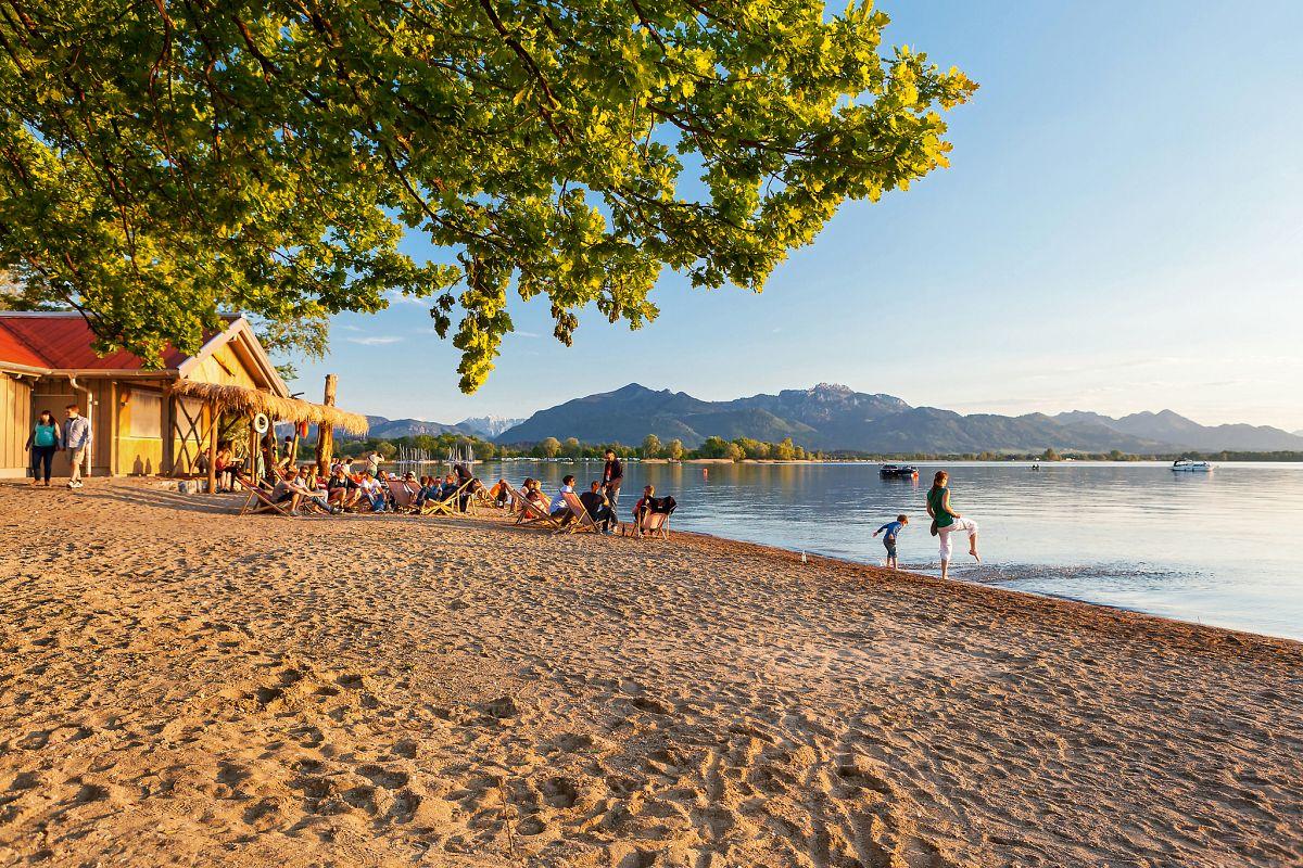 Die schönsten Sonnenuntergänge an der Beachbar genießen © www.chiemsee-foto.de