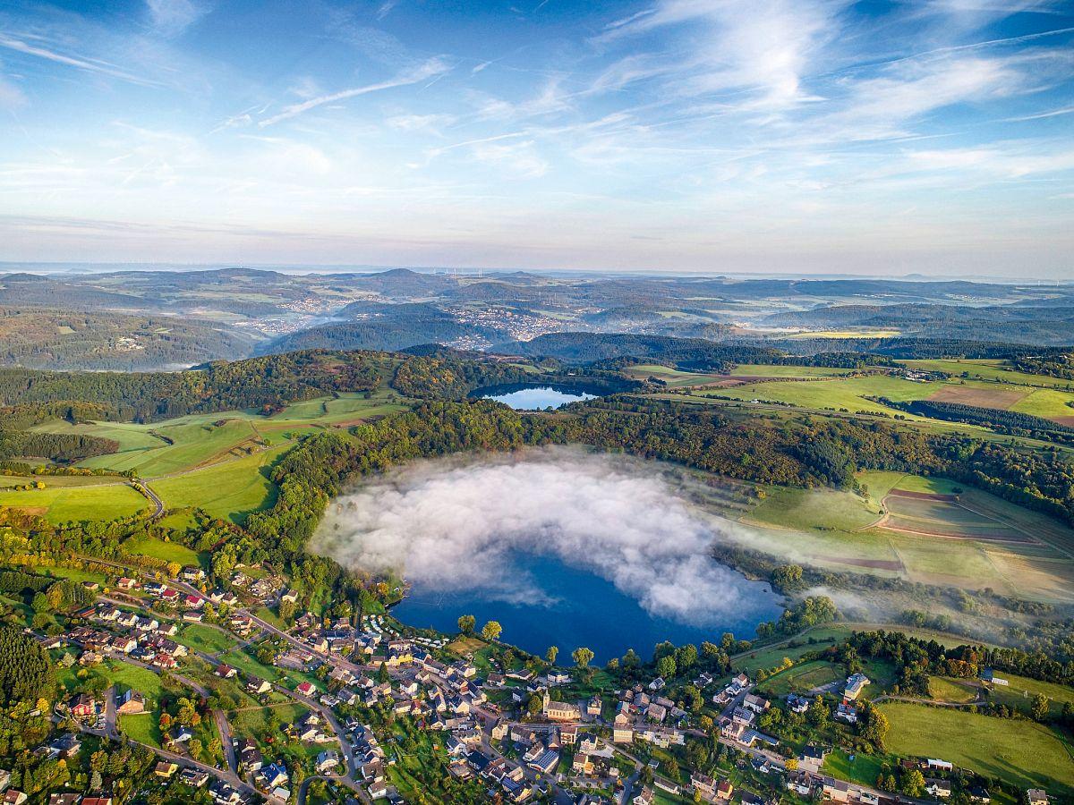 Das Schalmehrener und Weinfelder Maar bei Daun im Morgennebel © Eifel Tourismus