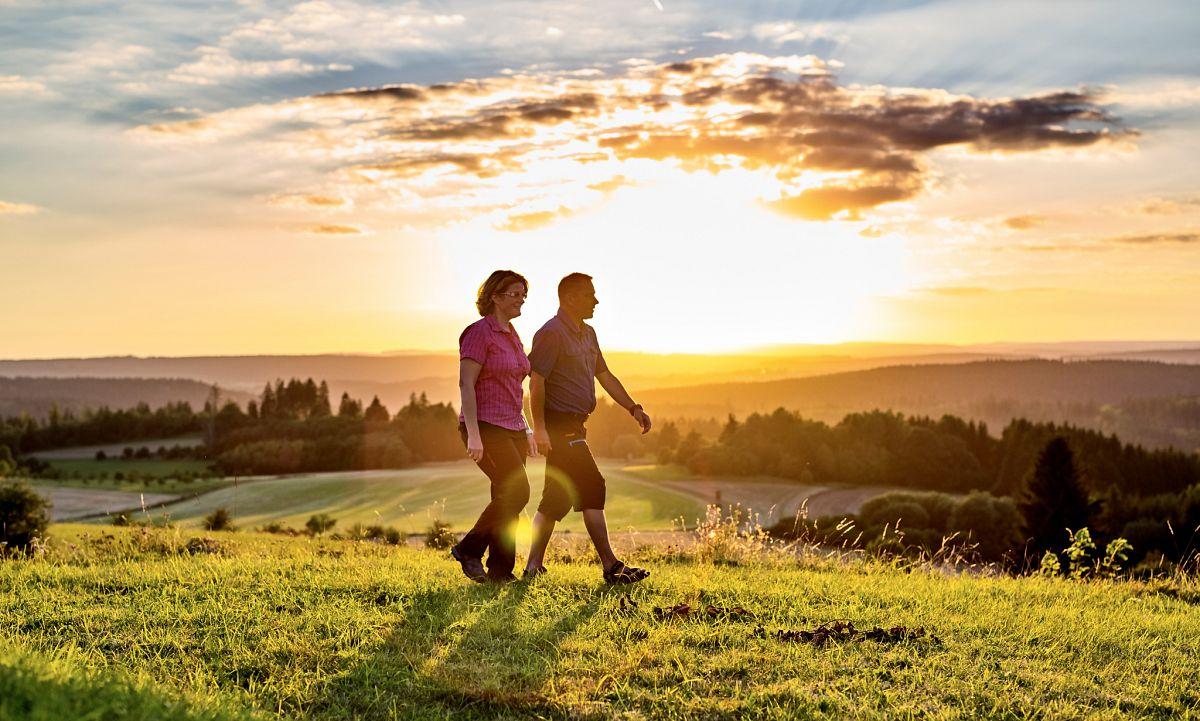 In trauter Zweisamkeit durch den Frankenwald streifen oder Wander-Events in guter Gesellschaft mitmachen – beides ist möglich © Frankenwald Tourismus, Marco Felgenhauer