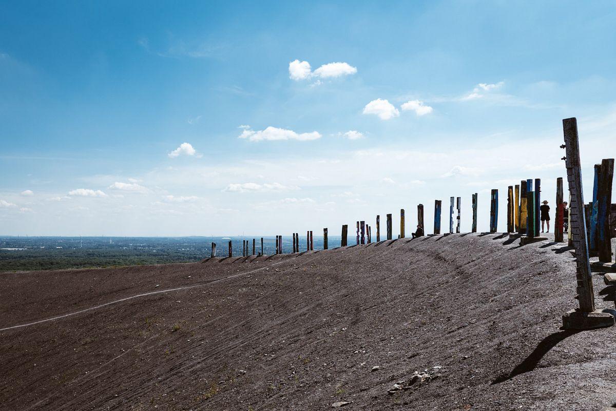 Die Halde Haniel mit der Totem Installation © Ludger Staudinger