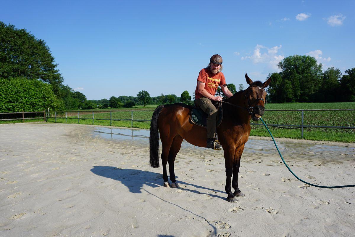 Thorsten Hoyers sitzt zum ersten Mal auf einem Pferd. © Thorsten Hoyer