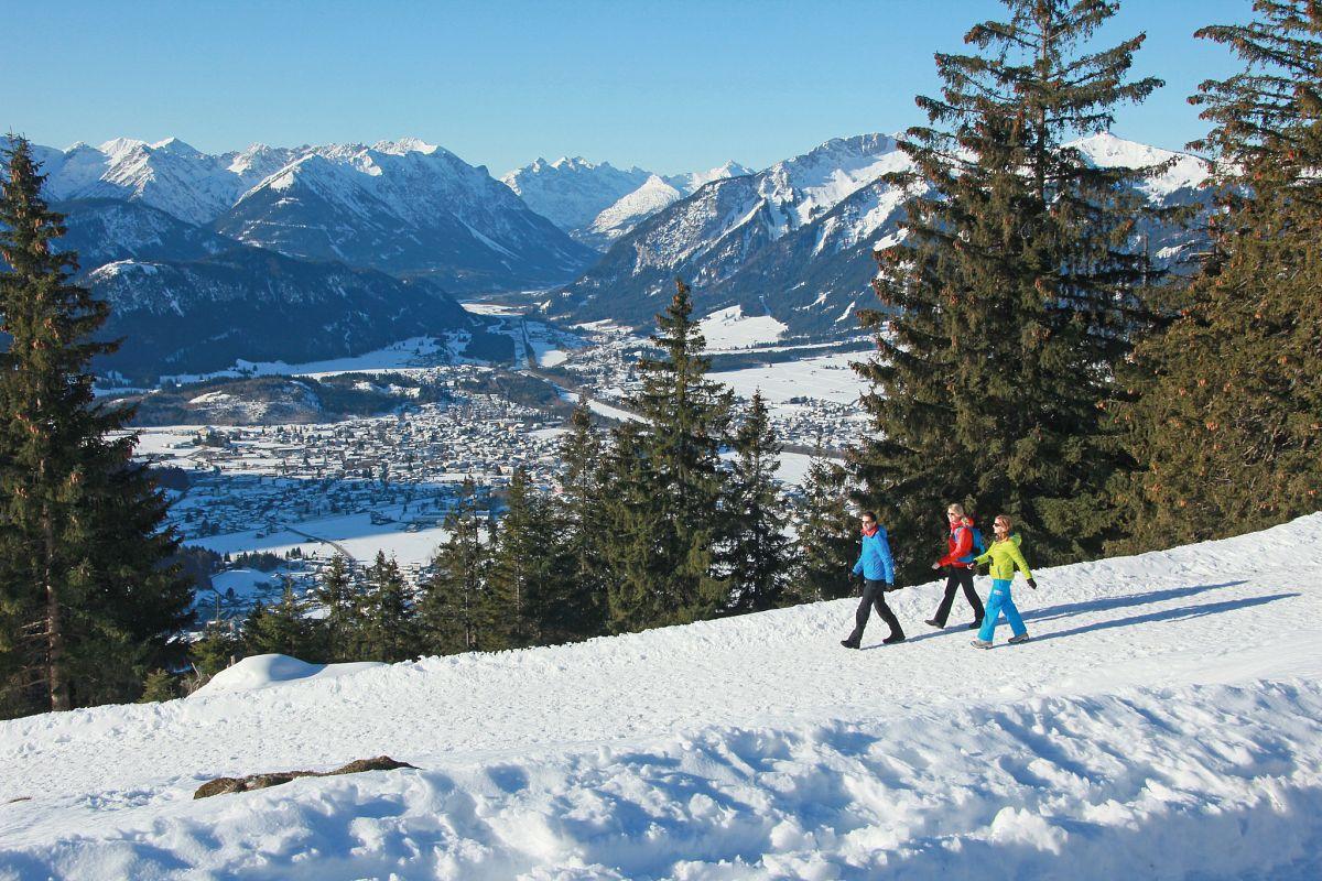 Traumhafte Ausblicke auf den verschneiten Talkessel © Naturparkregion Reutte, Gerhard Eisenschink