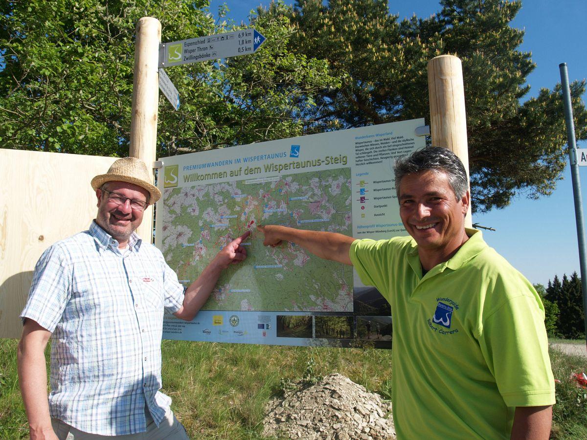 Manuel Andrack und Projektleiter Robert Carrera am Dickschieder Dorfplatz © Wolfgang Blum
