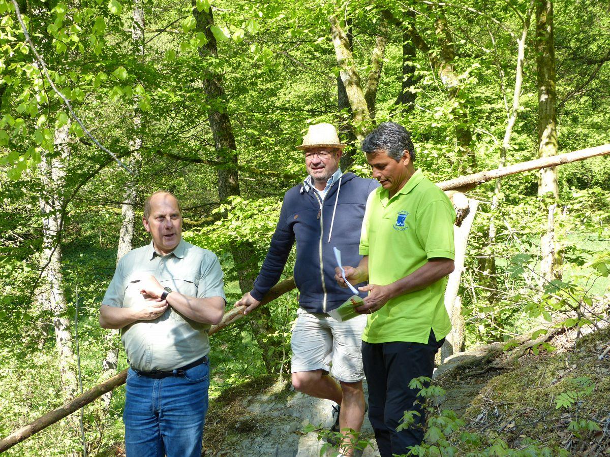 Heidenrods Bürgermeister Volker Diefenbach, Manuel Andrack und Robert Carrera begrüßen die Gruppe am Wispersee © Thomas Matusek