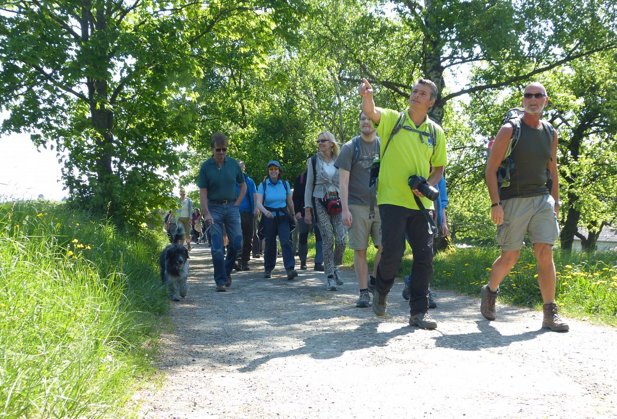 Projektleiter Robert Carrera und die ersten Wanderer auf dem Wispertaunussteig © Thomas Matusek