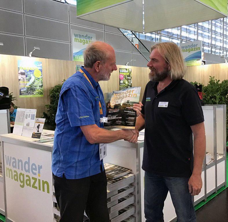 Michael Sänger überreicht das Wandermagazin an Thorsten Hoyer, TourNatur Düsseldorf 2018 © Wandermagazin, RG