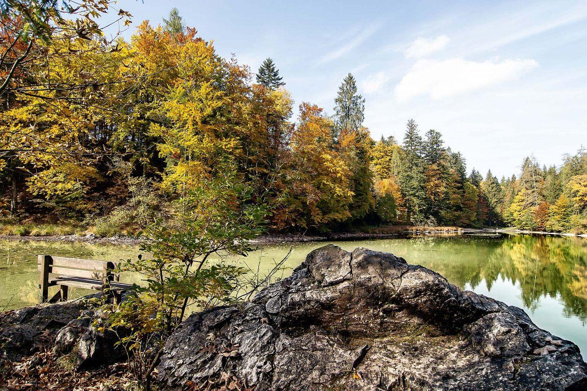 Der Taubensee mit Sitzbank und Felsen