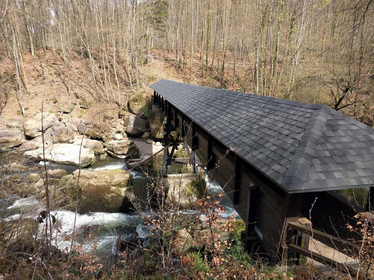Die Irreler Wasserfälle können über diese Holzbrücke überquert werden © Ricarda Große