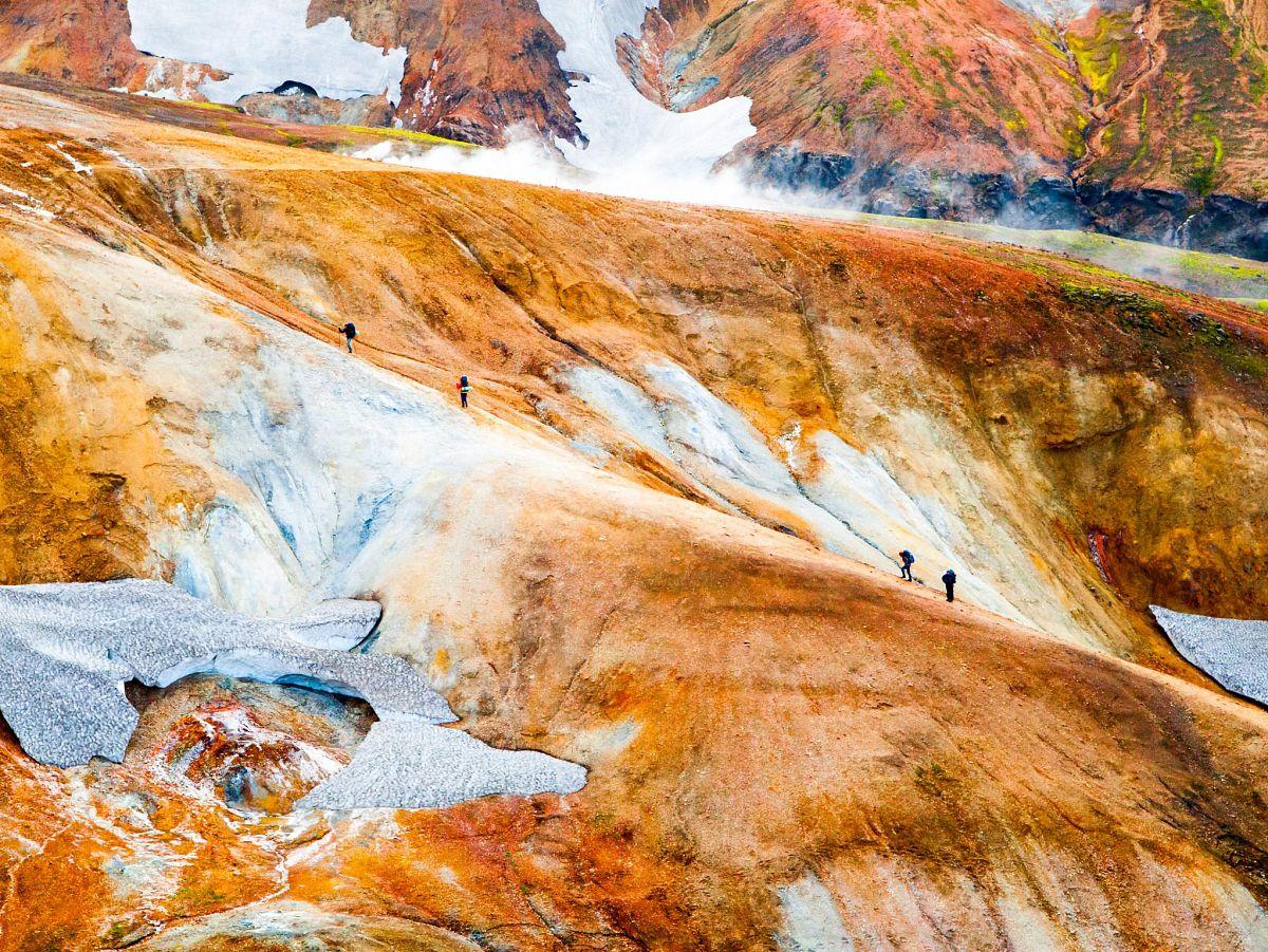 Gemalte Dünen in der Vulkanlandschaft auf dem Laugavegurinn in Island auf Seite 213 © Pyty/Shutterstock