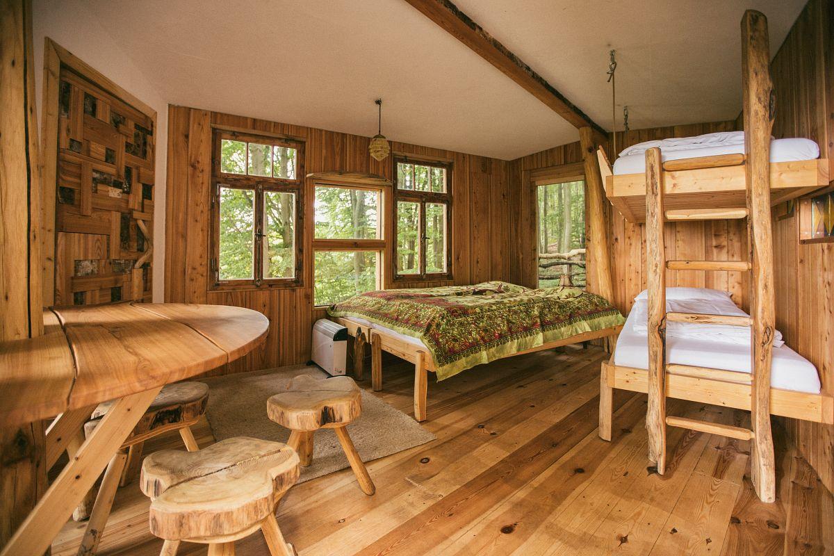 Auch im Baumhaus ist man von Holz umgeben © Robins Nest, Faruk Pinjio